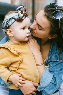 親密無間母女擁抱溫馨圖片壁紙