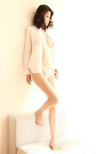 白色衬衣美女高清壁纸