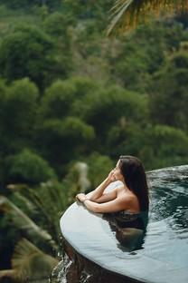 泳衣美女手机美景壁纸